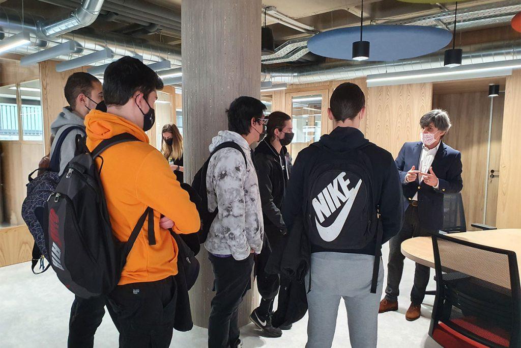 Javier Cuasante muestra a los estudiantes de la UBU el espacio coworking del Centro de Dinamismo Empresarial de Fundación Caja de Burgos
