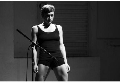 """Lara Brown, """"Auto - o cómo generar multitud de maneras de mirar un cuerpo"""""""